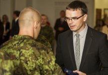 Minister of Defence Sven Mikser awarded on Thursday, 28th of August the Estonian Defence Forces service members who returned from a four month long EU Mission to Central African Republic. The service members were presented the MoD Medal of Participants in International Military Operations.