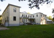 Ehitatud ja korduvalt ümber ehitatud 18-20. sajandil, renoveeritud aastatel 2005-2015, kasutusel Kaitseministeeriumi tervise- ja taastusravikeskusena