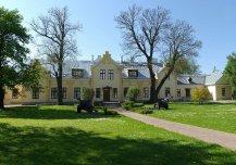 Mõisasüda ehitatud esmakordselt 18. sajandil, pärast 1865. aastat ümber ehitatud, renoveeritud 1990-ndate lõpp, 2000-ndate algus, hoones paikneb Eesti sõjamuuseum – kindral Laidoneri muuseum.
