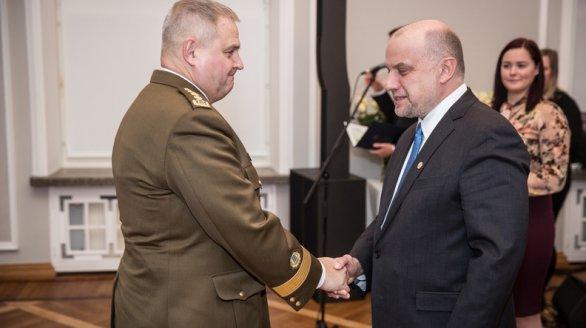 Kaitseminister tänab kindral Terrast