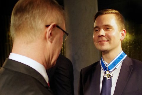 Kaitseminister Hannes Hanso andmas üle teeneteristi Mikk Marranile