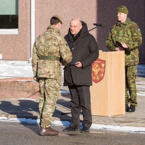 Kaitseminister Jüri Luik tänas peagi Eestis teenistust lõpetavaid Yorkshire´i rügemendi sõdureid