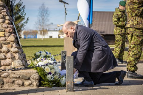 Kaitseminister Luik asetas pärja Afganistanist Camp Bastionist toodud mälestussamba jalamile