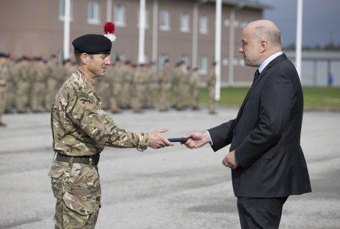 """Kaitseminister Jüri Luik andis täna Tapal üle medalid Ühendkuningriigi sõduritele, kes on peatselt lõpetamas oma rotatsiooni Eestis. Missioonimedalid kannavad sõnu """"NATO kaitsel"""", sümboliseerimaks liitlasvägede panust nii Eesti kui ka terve NATO alliansi kaitsmisel."""