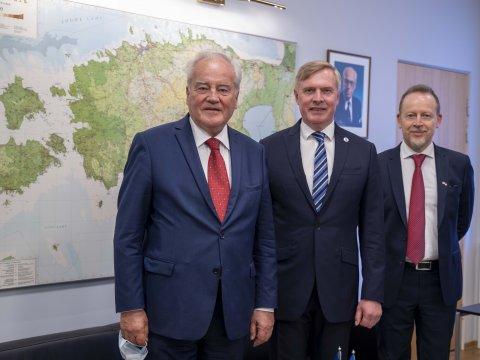 Kaitseminister Kalle Laanet kohtus täna Prantsuse Senati välis-, kaitse- ja relvajõudude komisjoni presidendi Christian Cambon'i ja Prantsuse suursaadikuga Eestis Éric Lamouroux'iga.