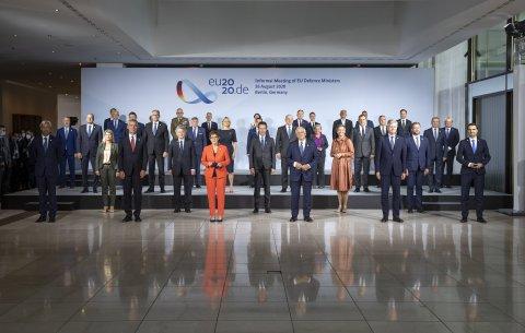Euroopa Liidu kaitseministrite kohtumisel Berliinis arutati olukorda Valgevenes ja Malis ning EL sõjalisi operatsioone Aafrikas. Samuti arutati ka EL kaitsepoliitika tuleviku üle ja lepiti kokku ühise Euroopa Liidu ohuhinnangu koostamises.