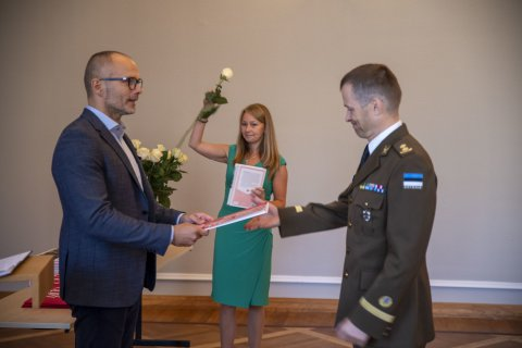 Meelis Oidsalu, Undersecretary for Defence Planning at the Ministry of Defence, presented certificates to graduates of Tallinn University's national defence education teacher course.