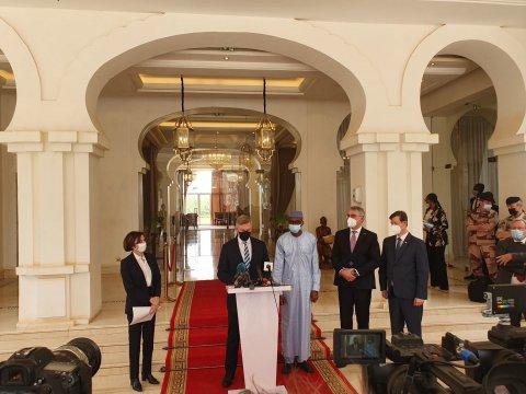 Kaitseminister Laanet alustas koos Prantsuse ja Tšehhi kolleegiga visiiti Malisse. Ministrid kohtusid Mali üleminekuaja presidendi, asepresidendi ja kaitseministriga.