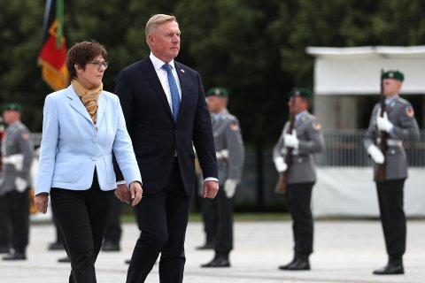 Kaitseminister Kalle Laanet ja Saksamaa kaitseminister Annegret Kramp-Karrenbauer. Foto: Saksamaa relvajõud (Bundeswehr/Sebastian Wilke)
