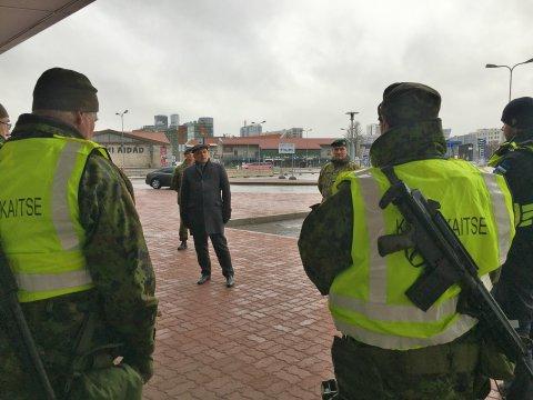 Kaitseminister Jüri Luik külastas täna Tallinna Vanasadama A ja D-terminalides piirikontrolli ülesandeid täitvaid kaitseliitlasi.