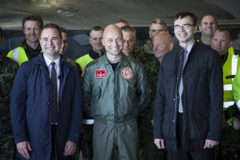 Estonian defence minister Sven Mikser and Danish defence minister Nicolai Wammen with Danish Air Force personnell