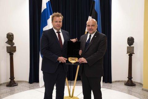 Soome uus kaitseminister Antti Kaikkonen külastas eile Eestit, et arutada kahepoolse kaitsekoostöö, piirkondliku julgeoleku ning algava Soome Euroopa Liidu eesistumisega seotud küsimusi. (Kaitseministeerium)