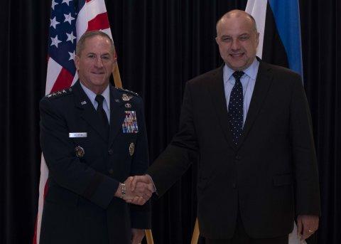 Kaitseminister Jüri Luik Ameerika Ühendriikide õhuväe staabiülema kindral David Goldfeiniga