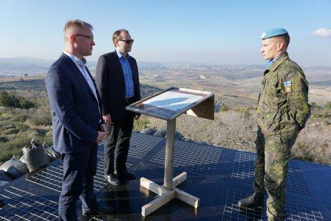 Kaitseminister Hannes Hanso koos oma Soome kolleegi Jussi Niinistöga saamas ülevaadet Soome üksuse tegevusest UNIFILi vastutusalal.