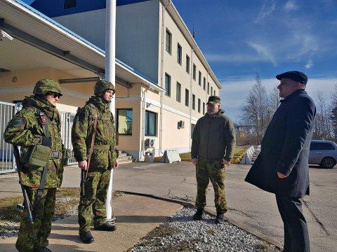 Kaitseminister Jüri Luik külastas Narva kordonis piiri valvavaid kaitseliitlasi.