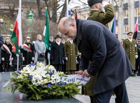 Eesti rahva nimel asetas Vabadussõja võidusamba jalamile pärja kaitseminister Jüri Luik.