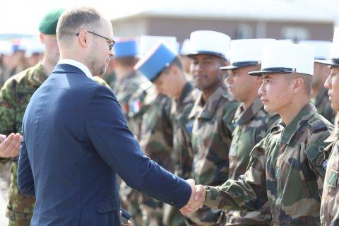 Kaitseministeeriumi asekantsler Erki Kodar tänas tseremoonial prantsuse sõdureid nende teenistuse ja liitlaste kaitsevõimesse panustamise eest