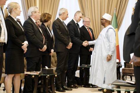 Kaitseministeeriumi kantsler Kristjan Prikk kohtumas Mali Vabariigi presidendi Ibrahim Boubacar Keïtaga, et arutada Pau tippkohtumise tulemusi. (Prantsuse relvajõudude ministeeriumi foto)