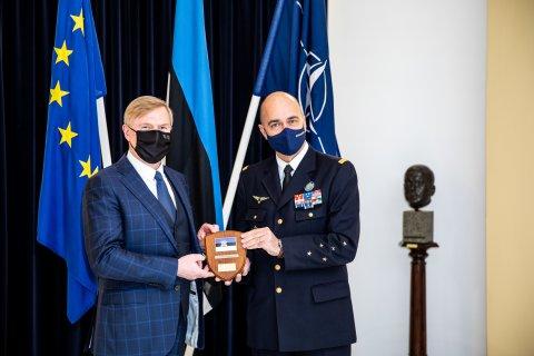 Kaitseminister Kalle Laanet kohtus NATO arendusväejuhatuse ülema kindral André Lanataga.