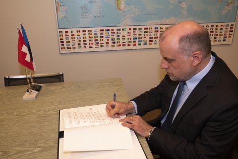 Kaitseminister Jüri Luik allkirjastas Šveitsi Konföderatsiooni kaitse-, tsiviilkaitse- ja spordiministriga kokkuleppe, millega luuakse õiguslik alus kahepoolseks sõjalise väljaõppe alaseks koostööks.