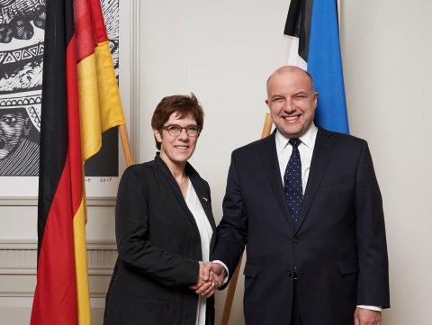 Kaitseminister Jüri Luik kohtus Tallinnas oma Saksamaa kolleegi kaitseminister Annegret Kramp-Karrenbaueriga. Foto: Kristian Kruuser